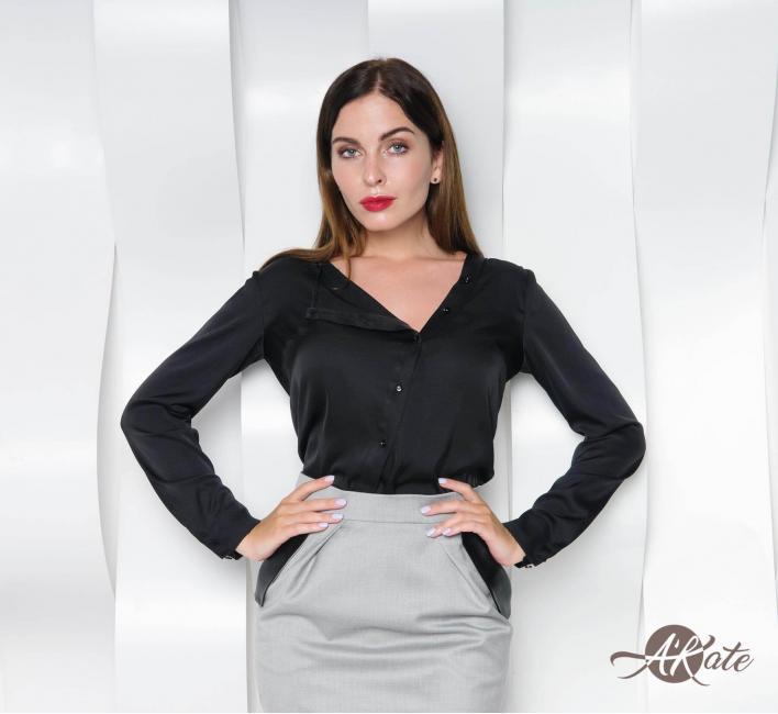 Блузка с косой застежкой черная