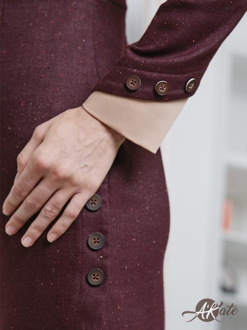 Платье с защипами на рукавах